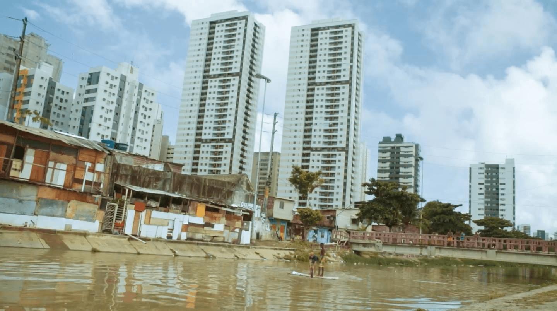 """Documentário """"Quem Mora Lá"""" promove reflexão sobre moradia no Brasil"""